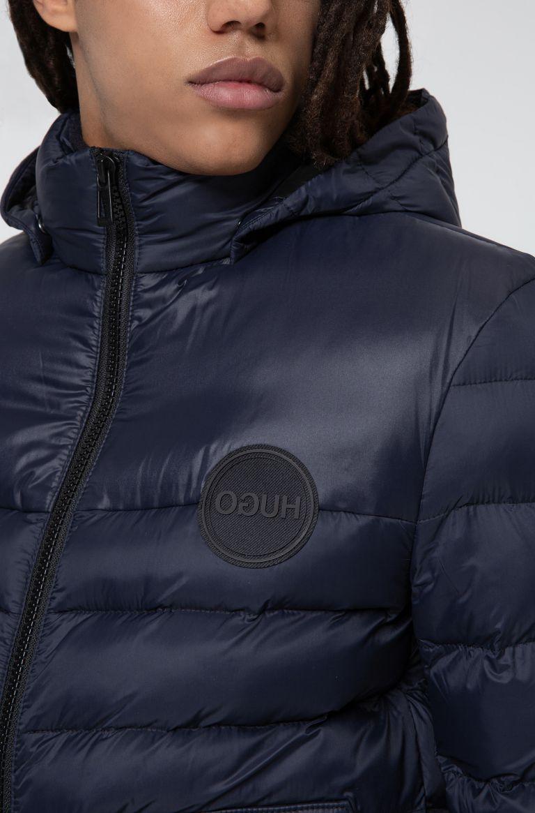 Giubbotto imbottito slim fit con cappuccio rimovibile con logo stampato Buzzitta Stile